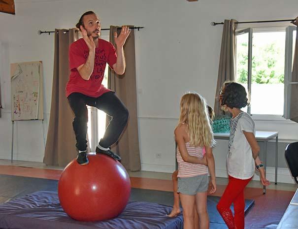 acrobatie cirque au club enfants du relais du moulin neuf