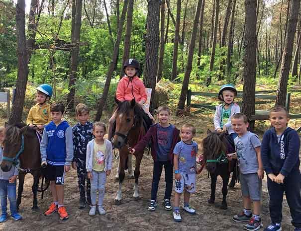 équitation poney pendant le club enfants et les vacances d'été