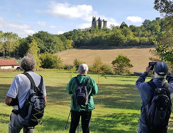 groupe de randonneurs devant château gers relais du moulin neuf