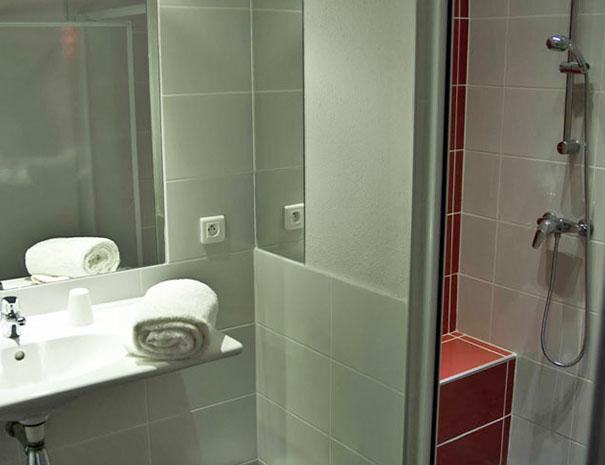 salle de bain chambre hébergement au relais du moulin neuf barbaste