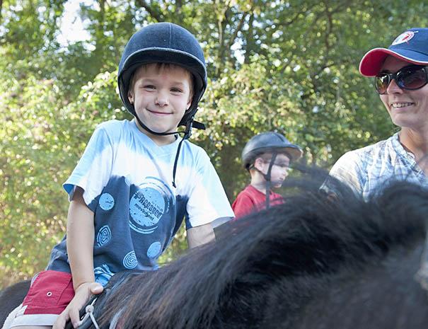 club enfant au centre équestre pour une initiation au poney au relais du moulin neuf