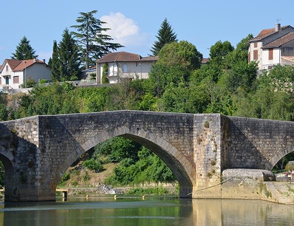 Pont Vieux de la ville de Nérac, visite en groupe à la journée sud ouest relais du moulin neuf